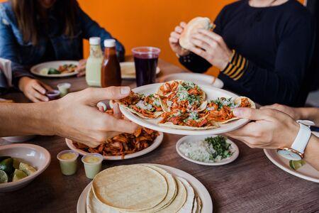 Mexikaner essen Tacos al Pastor in einer Taqueria in Mexiko