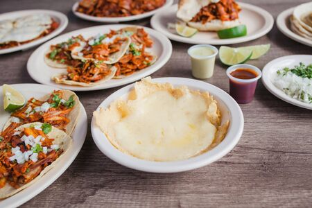 Käse und Tacos al Pastor, mexikanisches Essen in Taqueria Mexiko-Stadt Standard-Bild