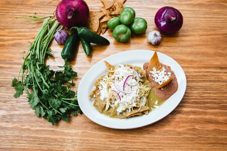 Chilaquiles verdes with chicken, mexican food, traditional breakfast in mexico Imagens