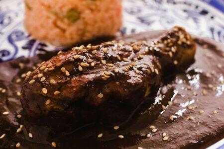 Mole Poblano mit Hühnchen ist mexikanisches Essen in Puebla Mexiko