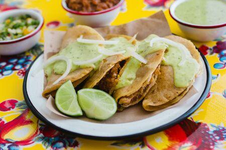 タコス・デ・カナスタはメキシコシティの伝統的なメキシコ料理です 写真素材