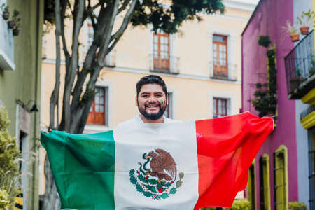 Mexican man with flag in Mexican independence day in Mexico Фото со стока - 155859418