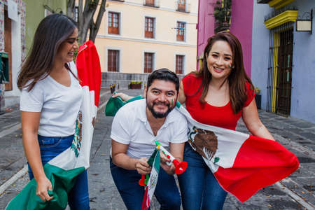 Mexican people with flag in Mexican independence day in Mexico Фото со стока - 155859428