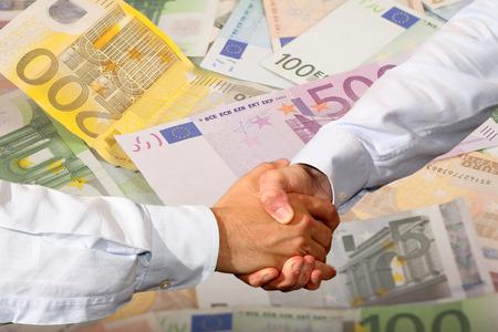 banconote euro: Stretta di mano e Euro Banconote Sfondo Archivio Fotografico