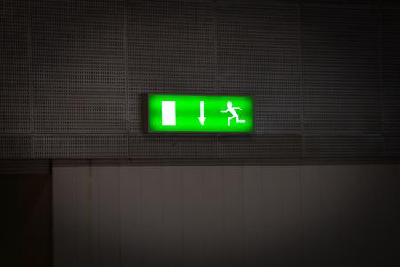 salida de emergencia: Se�al de salida de emergencia por encima de una puerta negro Foto de archivo