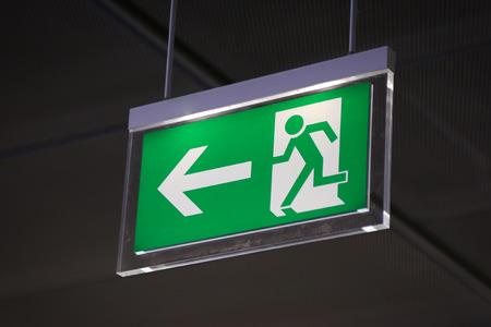 salida de emergencia: Se�alizaci�n de emergencia por encima de un umbral negro