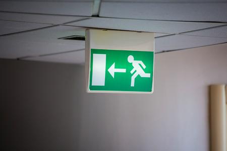 salida de emergencia: Se�al de salida de emergencia con el Fondo gris