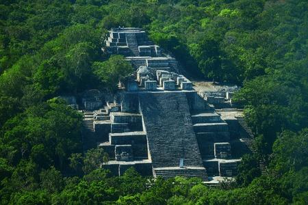 Campeche, Mexique: Ruines de l'ancienne cité maya de Calakmul entouré par la jungle