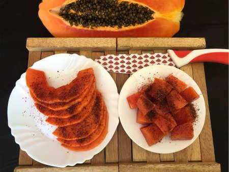 pawpaw cut into chunks with chili Zdjęcie Seryjne