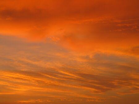 een prachtige oranje en gele avondlucht met wolken