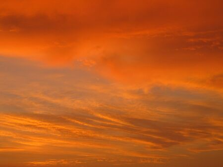 un bel cielo serale arancione e giallo con nuvole