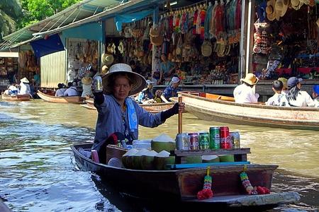 Pływający targ Damnoen Saduak, Ratchaburi, Tajlandia. Październik 2019. Turysta i sprzedawca na rynku lub na swojej łodzi. Publikacyjne