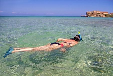 若い女性ピアノーザ島 (地中海、イタリア) で浅瀬でシュノーケ リング