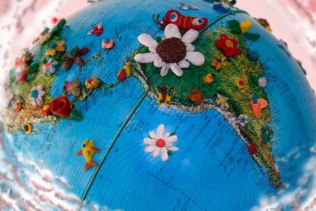 Globo de América del sur con flores en plastilina