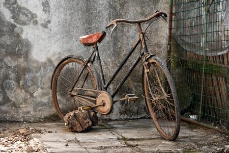 fiets: oude roestige fiets over een grunge achtergrond