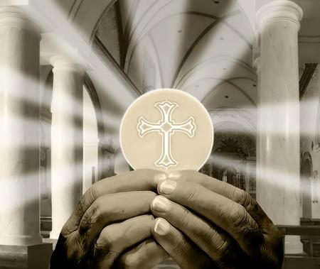 pr�tre: mains tenant Eucharistie dans un int�rieur d'�glise Banque d'images