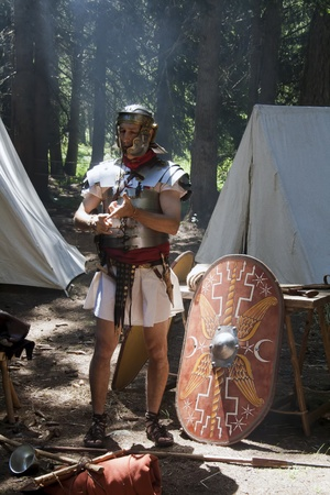 soldati romani: VAL VENY, ITALIA - 2 luglio: Fabio Sagitta Barbarica travestito da antico soldato romano in Celtica