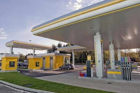 gasolinera: foto de gran angular de una nueva estación de gas en Italia Foto de archivo