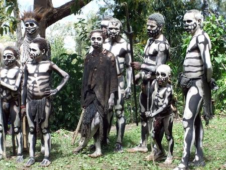 get ready: Papua, Nuova Guinea - 16 settembre: gruppo di bambini e adulti si preparano per il ballo scheletro al Festival Goroka Tribal. Papua Nuova Guinea il 16 settembre 2011