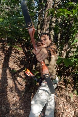 under fire: enojada arquero apuntando su proa contra la c�mara Foto de archivo