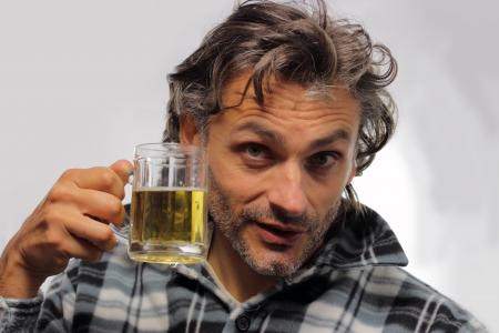 man drinkt bier: ongeschoren man bier drinken