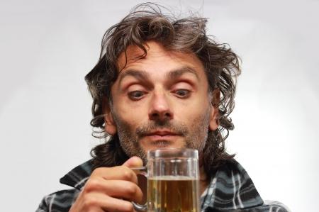 man drinkt bier: ongeschoren man drinkt bier Stockfoto