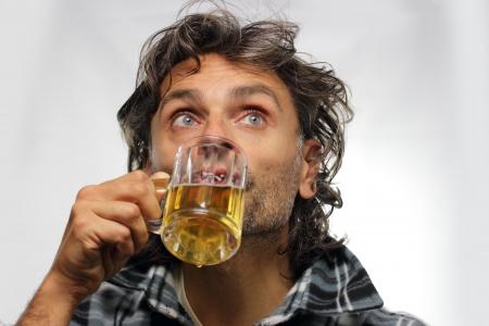 man drinkt bier: grappige ongeschoren man het drinken van bier