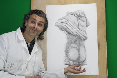 statue grecque: artiste fait un dessin au fusain d'une copie statue grecque
