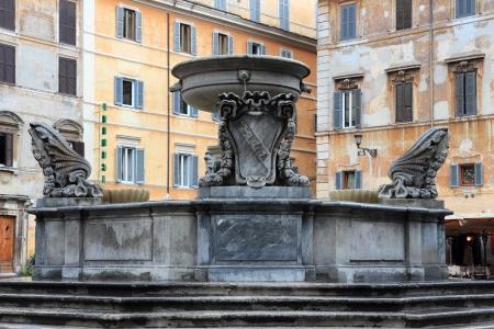 spqr: Fuente en Piazza Santa Maria in Trastevere en Roma