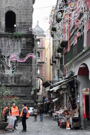garbage collector: N�poles, Italia - 30 de enero: El grupo de voluntarios jubilados napolitanos limpiar las calles de la ciudad vieja el 30 de enero de 2013 en N�poles, Italia.