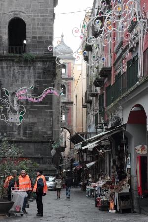garbage collector: N?poles, Italia - 30 de enero: El grupo de voluntarios jubilados napolitanos limpiar las calles de la ciudad vieja el 30 de enero de 2013 en N?poles, Italia.
