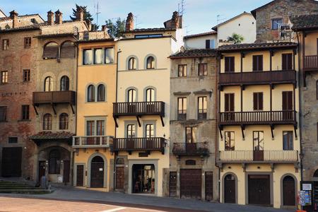 fachadas de casa: fachadas de las casas en la plaza medieval Piazza Grande, Arezzo, Italia