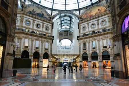 genitali: MILANO, ITALIA - 6 Febbraio 2015: Turista in Galleria Vittorio Emanuele II strofina i piedi sui genitali del toro nel mosaico centrale per buona fortuna