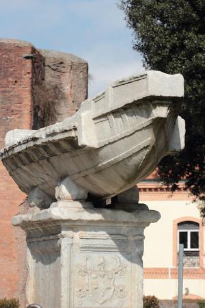 escultura romana: Fontana della Navicella antigua escultura romana en frente de la iglesia de Santa Maria in Domnica, Roma, Italia Foto de archivo