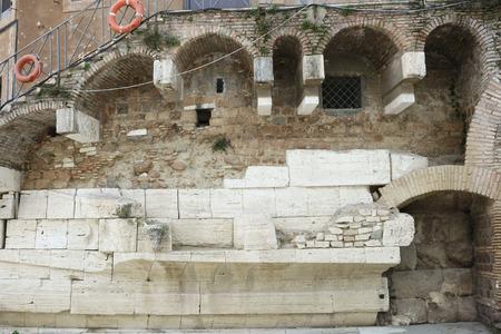 tiber: antigua restos romanos en la isla Tiberina, Roma, Italia Editorial