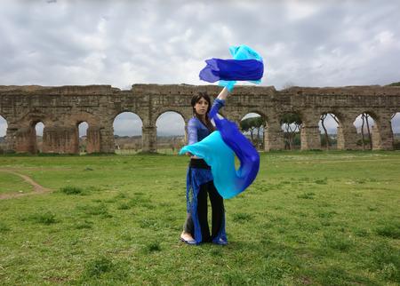 danseuse orientale: danseuse du ventre bleu sous l'aqueduc romain