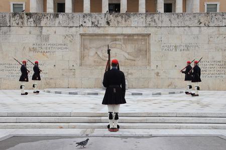 syntagma: ATENE, GRECIA - 23 marzo 2015: Ogni Domenica mattina alle ore 11, le persone si riuniscono in piazza Syntagma per assistere al cambio ufficiale della guardia di fronte al Palazzo del Parlamento