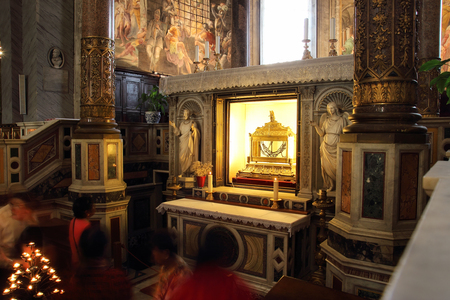 vincoli: ROME, ITALY - OCTOBER 8, 2015: ancient church of Saint Peter in Vincoli, People in front of the reliquary containing the chains of the Saint Editorial