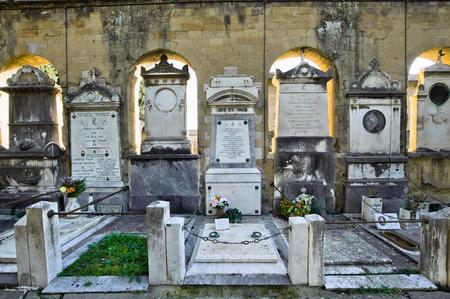 tumbas: ROMA, ITALIA - FEBRERO 1, 2016: antiguas tumbas del siglo XIX en el cementerio de Verano Editorial