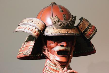 casco rojo: antigua armadura de samurai japonés, miedo máscara guerrera