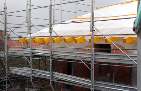 andamio: Arme andamios en el sitio de construcción de viviendas Foto de archivo
