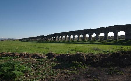 Aquädukt Park oder Parco degli Acquedotti, die Ruinen der antiken römischen Aquädukte in Rom, Italien. Standard-Bild - 77368895