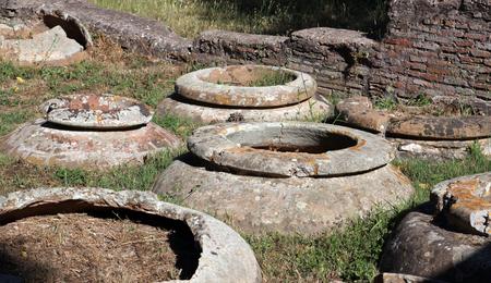 Grandes tarros de almacenamiento de terracota en el antiguo puerto romano de Ostia, cerca de Roma, Italia.
