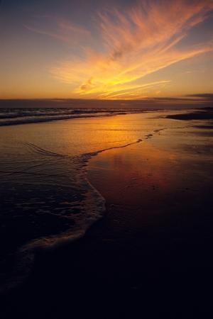 Sunset over strand met geruis van de golven