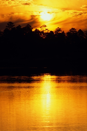 Oranje zonsondergang over het meer