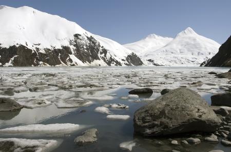 Stenen, ijs en sneeuw bedekte bergen