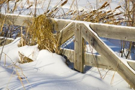 Een houten hek bedekt met sneeuw Stockfoto