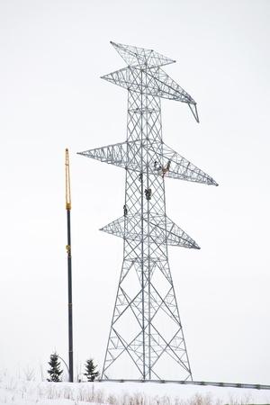 Werknemers die hoog op elektrische power line tower