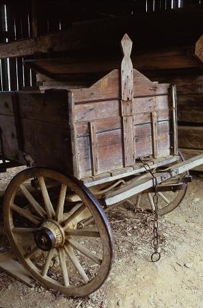 Een oude wagen geparkeerd binnenkant van een schuur Stockfoto