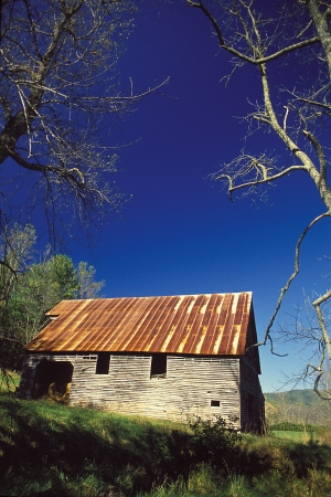 A old tun roffed barn and blue sky Stock Photo - 18144925